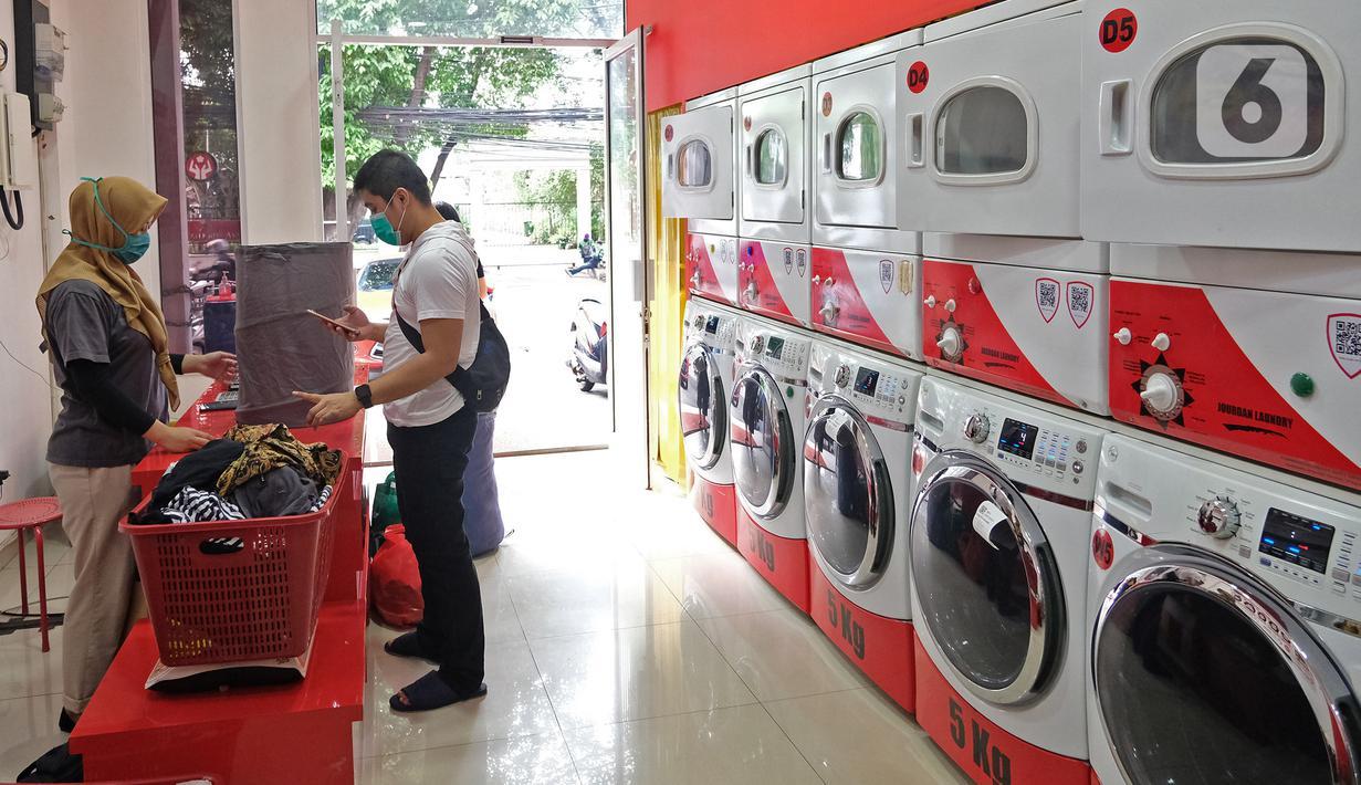 Aktivitas salah satu gerai jasa layanan laundry di kawasan Kemang, Jakarta, Rabu (25/11/2020). Sejak tiga bulan terakhir omset mereka kembali membaik dan mengalami peningkatan sebesar 20 hingga 30 persen. (Liputan6.com/Herman Zakharia)