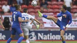 Striker Inggris, Jack Grealish (kanan) berebut bola dengan gelandang Rumania, Nicolae Stanciu dalam laga uji coba menjelang berlangsungnya Euro 2020 di Riverside Stadium, Middlesbrough, Minggu (6/6/2021). Inggris menang 1-0 atas Rumania. (AP/Paul Ellis/Pool)