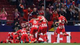 Pemain Atletico Madrid melakukan selebrasi usai Koke membobol gawang Sporting Lisbon saat pertandingan Liga Europa di stadion Metropolitano, Madrid (5/4). Atletico mampu mempertahankan keunggulan 2-0 hingga pertandingan usai. (AP Photo / Francisco Seco)