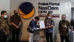 Wakil Ketua Umum DPP Partai NasDem Ahmad Ali (kedua kanan) menyerahkan surat rekomendasi Pilkada kepada Calon Wakil Walikota Tangsel dari Partai Gerindra Rahayu Saraswati Djojohadikusumo (ketiga kiri)  di Kompleks Parlemen Senayan, Jakarta. Rabu (29/7/2020). (Liputan6.com/Johan Tallo)