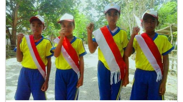 Di Desa Kereana, Kecamatan Botin Leobele Kabupaten Malaka, Nusa Tenggara Timur, beberapa ibu rumah tangga mengisi hari kemerdekaan dengan menenun lembaran kain bendera Merah Putih