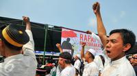 Ribuan warga menggelar Rapat Akbar Masyarakat Jakarta di halaman Masjid Keramat Luar Batang, Jakarta, Rabu (20/4). Rapat akbar tersebut terkait dengan rencana penggusuran yang akan dilakukan Pemprov DKI awal Mei 2016 nanti. (Liputan6.com/Yoppy Renato)