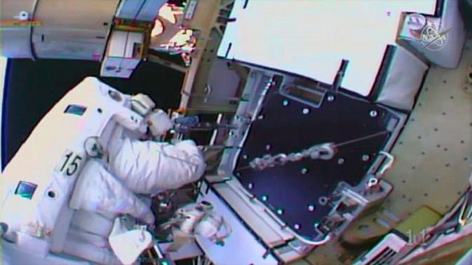 Astronaut Perbaiki Kebocoran Udara di Stasiun Luar