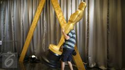 Pekerja saat membawa patung Oscar dalam persiapan ke-88 Academy Awards di Hollywood, Los Angeles , California, (27/2). Berbagai kategori pemenang diberikan pada gelaran untuk film Amerika ini. (REUTERS / Lucy Nicholson)