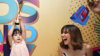 Gempita Nora Marten, selalu berhasil menarik perhatian publik karena menggemaskan. Seperti saat ia mengangkat piala kemenangan Mom n Kids Awards 2017. Sebagai ibu, Gisella Anastasia pun tertawa melihat ekspresinya. (Bambang E.Ros/Bintang.com)