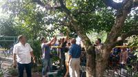 korban tergantung di pohon dengan seutas tali nilon yang terikat dilehernya