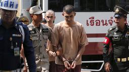 Dua tersangka pemboman Yusufu Mieraili dan Bilal Mohammed dengan tangan di borgol di Pengadilan Militer (20/4). Serangan bom di Bangkok yang menewaskan 20 orang termasuk 14 orang asing, masuk dalam sejarah Thailand. (REUTERS/Chaiwat Subprasom)