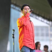 Lagu Jadi Gila, Mager, Kulakukan Semua Untukmu, dan Bersepeda bergantian dibawakan oleh Rayi, Asta dan Nino dengan format band yang lengkap. (Adrian Putra/Bintang.com)