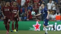 Gelandang Chelsea, Jorginho memberikan bola ke striker Liverpool, Firmino setelah mencetak gol pada pertandingan Piala Super Eropa 2019  di Besiktas Park, di Istanbul (15/8/2019). Liverpool menang adu penalti atas Chelsea 5-4 (2-2). (AP Photo/Emrah Gurel)