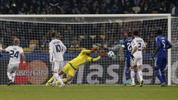 Kiper Dynamo Kiev, Olexandr Shovkovskiy, menghalau bola serangan pemain Chelsea dalam lanjutan Grup G Liga Champions di Stadion Olympic, Kiev, Ukraina, Rabu (21/10/2015) dini hari WIB. (EPA/Roman Pilipey)