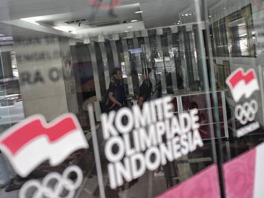 Sejumlah orang terlihat berada di dalam kantor PSSI saat penggeledahan oleh Satgas Antimafia Bola Polri di FX Office Tower, Jakarta, Rabu (30/1). Penggeledahan terkait kasus pengaturan skor sepak bola Indonesia. (Liputan6.com/Faizal Fanani)