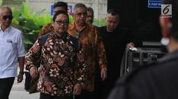 Direktur Utama PT PLN (Persero) nonaktif, Sofyan Basir (kedua kanan) memenuhi panggilan penyidik KPK dalam pemeriksaan di Jakarta, Senin (6/5/2019). Sofyan diperiksa perdana sebagai tersangka kasus dugaan suap terkait kesepakatan kontrak kerja sama pembangunan PLTU Riau-1. (merdeka.com/Dwi Narwoko)