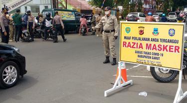Razia masker terus dilakukan seluruh aparat gabungan pemda Garut, Jawa Barat untuk menekan jumlah penyebaran klaster baru Covid-19.