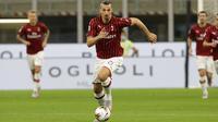 Striker AC Milan, Zlatan Ibrahimovic, menggiring bola saat melawan Bologna pada laga Serie A di Stadion San Siro, Sabtu (18/7/2020). AC Milan menang dengan 5-1 atas Bologna. (AP/Luca Bruno)