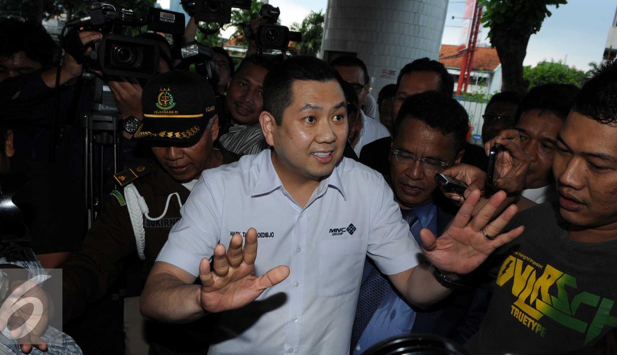 Bos MNC Group, Hary Tanoesoedibjo saat tiba di Gedung Bundar Kejaksaan Agung, Jakarta, Kamis (17/3). Hary Tanoesoedibjo diperiksa sebagai saksi kasus dugaan korupsi retribusi pajak PT Mobile8 Telecom. (Liputan6.com/Helmi Afandi)