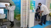 Staf medis menyiapkan vaksin virus corona COVID-19 Pfizer di Pusat Vaksinasi COVID-19, Yerusalem, Jumat (8/1/2021). Israel memperketat lockdown nasional dengan membatasi pertemuan publik selama dua minggu mulai Jumat. (AP Photo/Ariel Schalit)