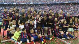 Pemain Barcelona merayakan gelar La Liga BBVA Spanyol 2014/15 pada pertandingan melawan RC Deportivo La Coruna di Stadion Camp Nou, Barcelona (23/5/2015).  AFP Photo/Lluis Gene)