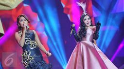 Penampilan duet Syahrini bersama  jebolan D'Academy, Evi Masamba dalam konser The Biggest Concert 'Dream Big' di Studio Emtek, Jakarta, Jumat (29/1). Dalam konser bernuansa glamor itu, Syahrini membawakan 15 lagu. (Liputan6.com/Faizal Fanani)