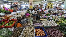 Aktivitas sejumlah pedagang sembako di Pasar Minggu, Jakarta, Rabu (22/7/2015). Hari ke-5 pasca Lebaran, aktivitas perdagangan di pasar tradisional belum kembali normal. (Liputan6.com/Yoppy Renato)