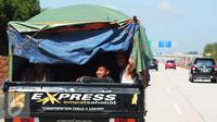 Beragam kendaraan digunakan pemudik untuk berlebaran di kampung halaman. Beberapa pemudik menggunakan mobil bak terbuka di jalan tol Pejagan-Pemalang, Jawa Tengah, Kamis (16/7/2015). (Liputan6.com/Herman Zakharia)