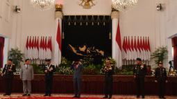 Presiden Joko Widodo (tengah) bersama Kapolri Jenderal Pol Idham Aziz, Panglima TNI Marsekal TNI Hadi Tjahjanto dan Menhan Prabowo Subianto usai foto bersama dalam Peringatan Ke-74 Hari Bhayangkara Tahun 2020 di Istana Negara, Jakarta, Rabu (1/7/2020). (ANTARA FOTO/Sigid Kurniawan/POOL)