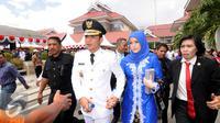 Sigit Purnomo Said atau akrab disapa Pasha Ungu mengggandeng erat tangan istrinya Adelia Pasha usai dilantik menjadi Wakil Wali Kota Palu periode 2016-2021 di halaman kantor itu, Rabu (17/2). (Liputan6.com/Dio Pratama)
