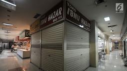 Suasana kios batu akik tutup di Pasar Rawa Bening, Jakarta, Senin (10/9). Sepinya pembeli menyebabkan banyak kios pedagang batu akik di Pasar Rawa Bening tutup akibat gulung tikar. (Merdeka.com/Iqbal S. Nugroho)
