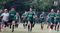 Para pemain Timnas Indonesia U-23 berlari saat mengikuti latihan di Stadion Madya, Jakarta, Kamis (14/3). Latihan ini merupakan persiapan jelang Kualifikasi Piala AFC U-23. (Bola.com/Vitalis Yogi Trisna)