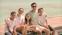 Donna Agnesia dan Darius Sinathrya bersama keluarga berkunjung ke Pulau Sepa untuk mengenang kedua orangtuanya (Dok.Instagram/@dagnesia/https://www.instagram.com/p/B5exhFFHxoc/Komarudin)