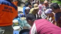 Warga mengantre bantuan air bersih. (Foto: Liputan6.com/Muhamad Ridlo)
