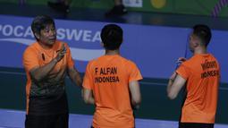 Ganda putra Indonesia, Fajar Rian / Muhammad Rian, mendengar instruksi saat melawan Aaron Chia / Soh Wooi Yik pada final beregu SEA Games 2019 di Multinlupa Sport Center, Rabu (4/12). Fajar / Rian kalah 17-21 dan 13-21. (Bola.com/M Iqbal Ichsan)