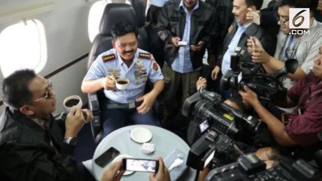 Panglima TNI Marsekal Hadi Tjahjanto mengajak awak media untuk ngopi bareng di udara pada ketinggian 15.500 feet.