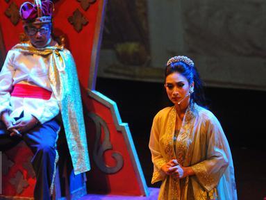 Happy Salma memainkan adegannya saat pementasan teater Kebangsaan Tripikala di Tim, Cikini, Jakarta, Senin ( 23/1). Sejumlah seniman dan aktris turut ikut mementaskan teater tersebut. (Liputan6.com/Angga Yuniar)
