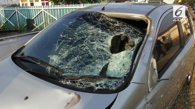 Dua petugas Tol Cipali tewas tertabrak mobil pemudik saat membantu evakuasi mobil yang mogok.