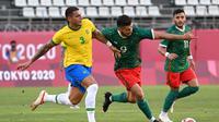 Diego Carlos terus menjaga striker Meksiko di semifinal lawan Brasil (AFP)