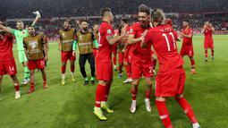 Para pemain Turki merayakan kemenangan atas Prancis pada laga kualifikasi Piala Eropa 2020 di Stadion Buyuksehir Belediyesi, Minggu (9/6). Turki menang 2-0 atas Prancis. (AFP/Adem Altan)