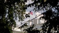 Bendera Amerika Serikat berkibar setengah tiang di Gedung Putih, Washington DC, Minggu (4/8/2019). Presiden Donald Trump memerintahkan pengibaran bendera setengah tiang di semua gedung pemerintah untuk mengenang korban tewas dalam dua penembakan massal di El Paso, Texas, dan Ohio. (AP/Andrew Harnik)