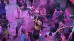 Siswa yang mengalami gangguan penglihatan dari Devnar School for the Blind merayakan Festival Holi di Hyderabad, India, Kamis (1/3). Festival ini juga mendatangi datangnya musim semi. (NOAH SEELAM/AFP)