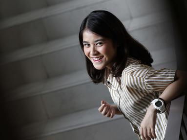 Penyanyi Ashira Zamita tersenyum saat pemotretan di kantor KLY, Gondagdia, Jakarta, Senin (1/10). Ashira Zamita merupakan artis cilik wanita yang pernah bermain di sinetron Cinta Fitri. (Liputan6.com/Herman Zakharia)