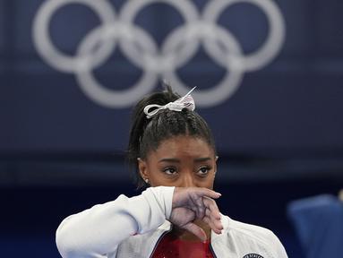 Pesenam Amerika Serikat, Simone Biles merupakan peraih gelar juara dunia lima kali berturut-turut dari tahun 2011 hingga 2019 serta peraih medali emas Olimpiade London dan Rio. Ia memilih mengundurkan diri pada Olimpiade Tokyo 2020 dengan alasan untuk kesehatan mentalnya. (Foto: AP/Ashley Landis)