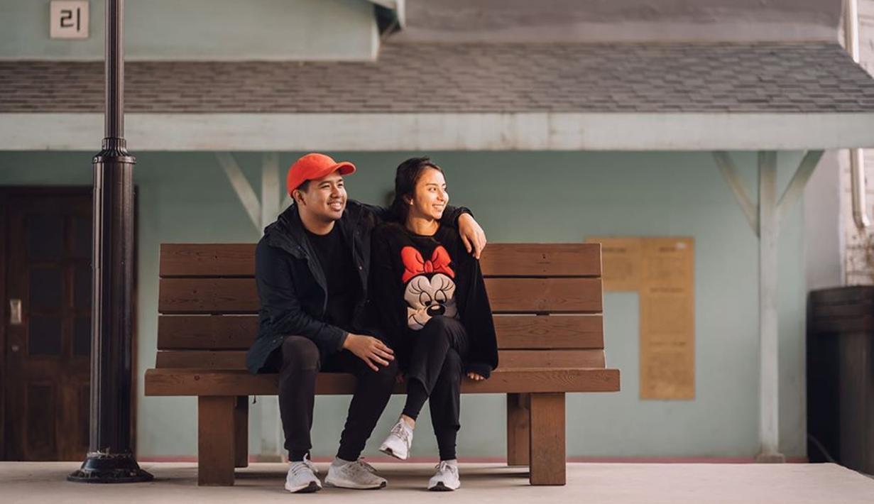 Selama pacaran mereka berdua juga pernah main bersama dalam film  Yowis Ben 2 yang tayang pada tahun 2019. Ditengah kesibukannya pasangan Jojo dan Clay juga kerap melakukan berlibur bersama (Liputan6.com/IG/@jojosuherman)