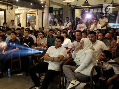 Komunitas muda pendukung Jokowi-Amin dan Prabowo-Sandi saat nonton bareng (nobar) debat Pilpres 2019 di Jakarta, Kamis (17/1). Acara ini merupakan inisiatif pendukung dua pasang calon. (Liputan6.com/JohanTallo)
