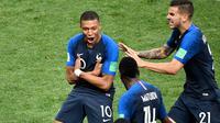 Striker timnas Prancis Kylian Mbappe berselebrasi bersama rekan satu timnya usai mencetak gol ke gawang Kroasia pada menit ke-65 dalam pertandingan sepak bola final Piala Dunia 2018 di Stadion Luzhniki, Moskow (15/7). (AFP PHOTO / Alexander Nemenov)