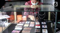 Petugas menata emas batangan di Galeri 24 Pegadaian Kota Tangerang, Banten, Kamis (11/6/2020). Harga emas PT Aneka Tambang Tbk (Antam) pada hari ini naik Rp 12.000 menjadi Rp 893 ribu per gram dibanding sebelumnya. (Liputan6.com/Angga Yuniar)