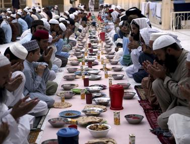 Potret Kebersamaan Umat Muslim Pakistan saat Buka Puasa