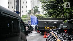 Petugas kepolisian menyiapkan mobil taktis untuk pengamanan terkait pemeriksaan Rizieq Shihab di Polda Metro Jaya, Jakarta, Senin (7/12/2020). Polda Metro Jaya mengagendakan pemeriksaan terhadap Habib Rizieq Shihab (HRS) hari ini. (Liputan6.com/Faizal Fanani)