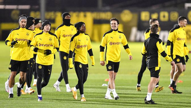 Para pemain Borussia Dortmund saat sesi latihan jelang laga Liga Champions, Selasa (24/11/2020). Dortmund akan berhadapan dengan Club Brugge. (AP/Martin Meissner)