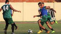 Pemain Persebaya, Osvaldo Haay, kini dengan penampilan baru berambut pirang. (Bola.com/Aditya Wany)