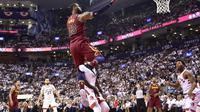LeBron James menggila di gim kedua melawan Toronto Raptors (Fred Thornhill/The Canadian Press via AP)
