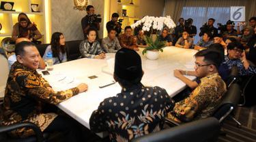 Ketua DPR Bambang Soesatyo menerima musikus di Kompleks Parlemen, Senayan, Jakarta, Senin (28/1). Pertemuan membahas hasil kajian RUU Permusikan yang dilakukan bersama Koalisi Seni Indonesia dan KAMI. (Liputan6.com/Johan Tallo)